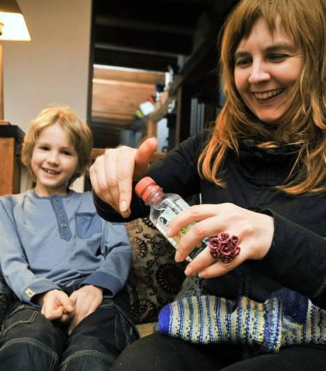 Viron Viimsissä asuvan Karl-Erich Salundin (vas.) äiti Lee Murrand hoidatti poikansa kuumetta perinteisillä viinasukilla viime vuonna.