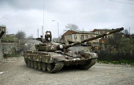 Panssarivaunu Talishin kylässä Vuoristo-Karabahissa huhtikuussa 2016.