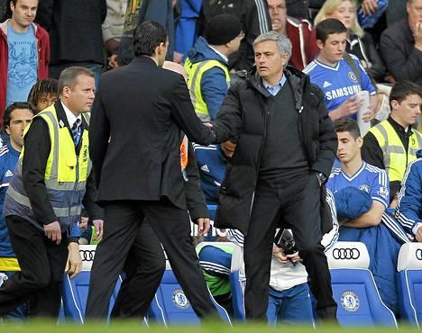 Jose Mourinho onnitteli Sunderlandin manageria Gustavo Poyetia ottelun jälkeen.