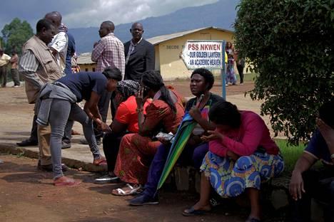 Vanhemmat odottivat tietoja siepatuista lapsistaan Bamendassa tiistaina.