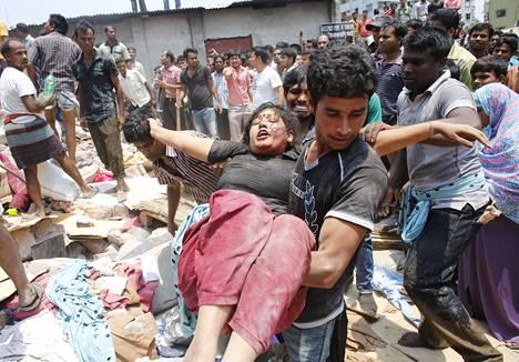 Bangladeshin Dhakassa vuonna 2013 tapahtuneessa tekstiilitehtaan romahduksessa kuoli yli tuhat ihmistä. Osa heistä oli pakotettu halkeilleeseen rakennukseen palkanmenetyksellä uhkaamalla. Tehtaalla tehtiin vaatteita tunnetuille länsimaisille valmistajille. Romahdus herätti maailmanlaajuista huomiota ja sai monet kuluttajat vaatimaan, että vaatevalmistajat kiinnittäisivät huomiota työntekijöiden turvallisuuteen ja vaatteiden alkuperään.