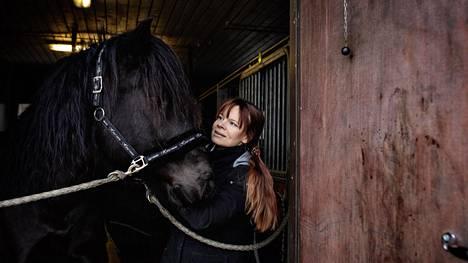 Kati Lauhakangas sai ensimmäisten joukossa koronan vuosi sitten, kun tuli Itävallasta. Hän nauttii olemisesta suomenhevosensa Villen kanssa Kellokoskella.