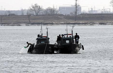Pohjois-Korean sotilaat partioivat veneissä Yalu-joella Kiinan rannikon lähellä perjantaina.