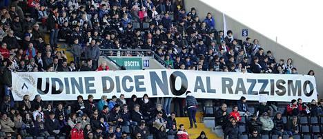 """Udinesen kannattajat ottivat kantaa Italiassa vellovaan rasismikeskusteluun viime sunnuntaina pelatussa Inter-ottelussa. """"Udine sanoo ei rasismille"""", kannattajien levittämässä banderollissa julistettiin."""