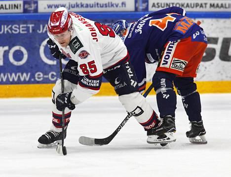 HIFK:n Mikael Johansson ja Tapparan Jan-Mikael Järvinen taistelivat kiekosta perjantaina.