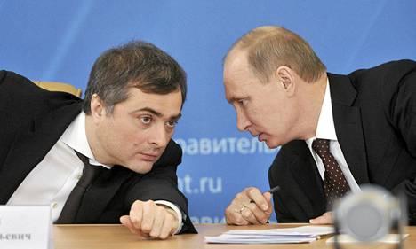 Varapääministeri Vladislav Surkov (vas.) ja presidentti Vladimir Putin.