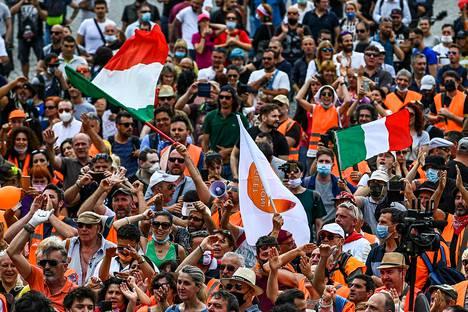 Rooman Piazza del Popololle eli Kansanaukiolle kokoontui tiistaina satoja oranssitakkiliikkeen kannattajia. Heistä moni oli pukeutunut takin sijaan oranssiin huomioliiviin.