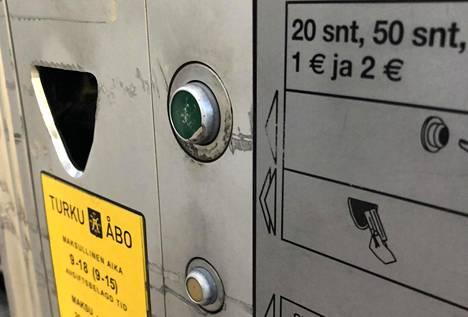 Miesten epäillään kavaltaneen rahaa kaikista Turun pysäköintimaksuautomaateista.