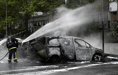 Poltettua autoa sammutettiin Rinkebyssa torstaina.