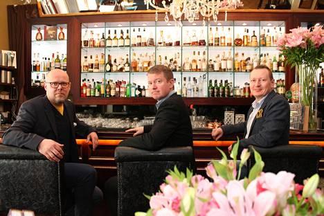 Mika Vitikka, Ville Liikanen ja Kimmo Aho kirjoittivat kirjan, joka juhlistaa Kämpin baarin 20-vuotista taivalta.