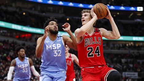 Minnesota Timberwolvesin Karl-Anthony Towns (kesk.) yritti estellä Chicago Bullsin Lauri Markkasta heitossa 22. tammikuuta pelatussa ottelussa Chicagossa.
