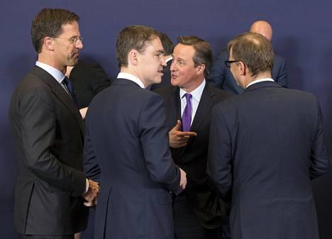 Pääministerit Mark Rutte (vas.) Hollannista, Taavi Rõivas Virosta, David Cameron Britanniasta ja Juha Sipilä keskustelivat Brysselissä torstaina.