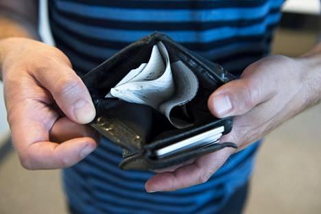 Suomalaiset tekevät aiempaa enemmän hintavertailua lainaa tai luottoa hakiessaan.
