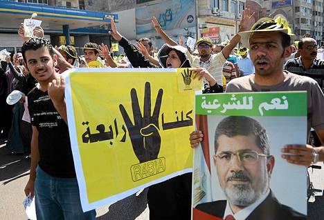 Muslimiveljeskuntaa edustaneen presidentti Muhammed Mursin kannattajat marssivat Kairossa viikonloppuna.