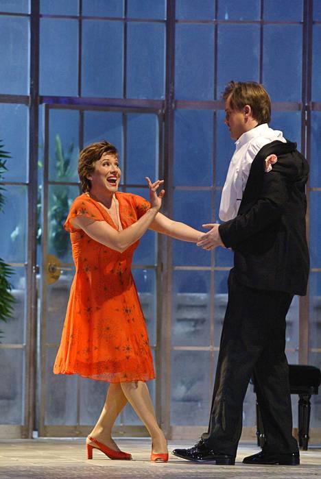 Lilli Paasikivi (vas.) ja Petteri Salomaa Così fan tuttessa vuonna 2009.