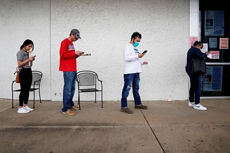 Asiakkaat jonottivat työvoimatoimistoon Feyettevillessa Arkansasissa huhtikuun alussa.