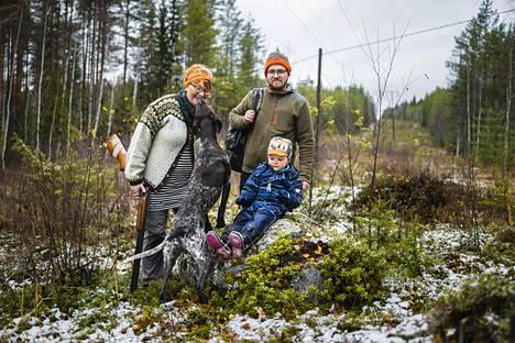 Emmi ja Jouni Lemettinen ottavat joskus kolmevuotiaan Ahdin mukaan lintumetsälle. Silloin liikutaan enemmän retkeilymeiningillä, sanoo Emmi Lemettinen. Kuru-koira on aina innoissaan metsässä.