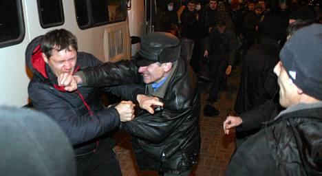 Venäjä-mieliset ja Ukrainan uuden hallinnon kannattajat ottivat yhteen Donetskin kaupungissa Ukrainassa torstaina.