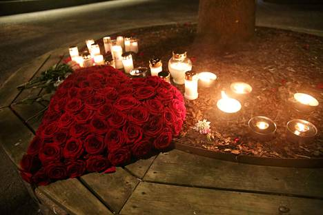 Torstai-illan aikana ihmiset toivat muistopaikalle lisää kynttilöitä.