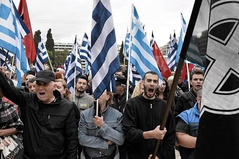Kultaisen aamunkoiton kannattajat heiluttivat Kreikan ja puolueen lippuja parlamenttitalon edessä Ateenassa keskiviikkona.