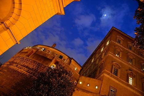 Italian poliisi epäilee, että Vatikaanin pankin kautta on ohjailtu miljoonien arvosta tekaistuja lahjoituksia sisäpiiriläisten leveän elämän rahoittamiseen.