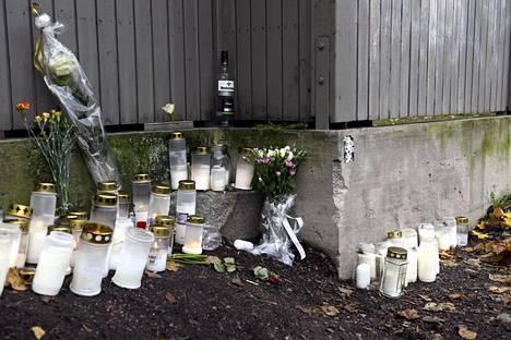 Kynttilöitä Mäkelänkadun ja Päijänteentien risteyksessä Vallilassa Helsingissä.