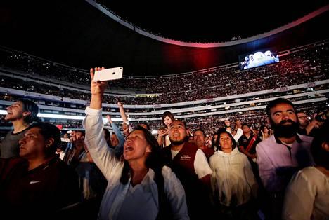 Meksikolaiset ovat kyllästyneitä nykyhallintoon ja haluavat muutosta. Kannatuskyselyissä johtavan Andrés Manuel López Obradorin vaalitilaisuus Azteca-stadionilla Meksikon pääkaupungissa keräsi keskiviikkona suuren yleisön. Lavalla esiintyi Meksikon eturivin artisteja.