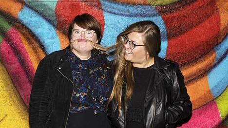 Anna Karhusen ja Tiia Rantasen podcast kavereille sattuneista mokista on kerännyt jo lähes miljoona kuuntelua.