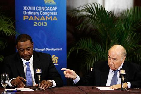 Fifan varapuheenjohtaja Jeffrey Webb (vas.) ja Fifan puheenjohtaja Sepp Blatter tiedotustilaisuudessa Panama Cityssä huhtikuussa 2013.