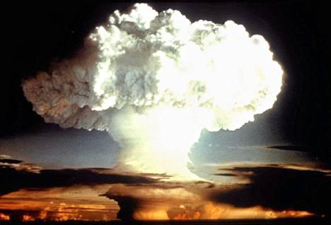 Yhdysvaltain puolustusministeriön välittämä kuva ydinkokeesta vuodelta 1954. Guardian kertoi sunnuntaina, että Eurooppa ajautui ydinsodan partaalle 1983.
