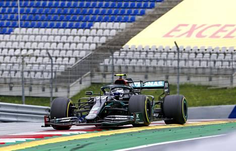 Valtteri Bottas (kuvassa) oli Lewis Hamiltonin kanssa perjantain nopein harjoituksissa Itävallassa.