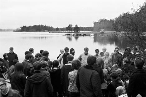 Helsinki Folk Festival kokosi useita satoja nuoria Espoonlahteen toukokuussa 1966. Kuvassa keskellä Guldgurkorna-yhtyeen Martti Launis ja Hootenanny Triossa vaikuttanut Keijo Räikkönen