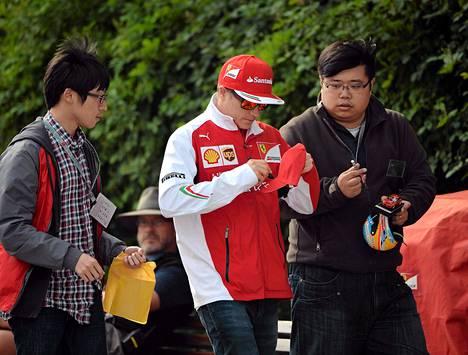 Kimi Räikkönen jakoi nimikirjoituksia Kiinassa.