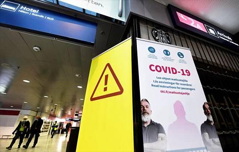 Helsinki-Vantaan lentoaseman saapuvien lentojen aulassa tiedotetaan matkustamisesta ja koronaviruksesta.
