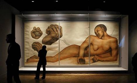 Detroit Institute of Artsin työntekijä tutkii meksikolaistaitelija Diego Rivieran liitupiirrosta perjantaina. Sunnuntaina aukeava näyttely on museon suurin sen jälkeen, kun sen toiminta vaarantui Detroitin vararikon vuoksi.
