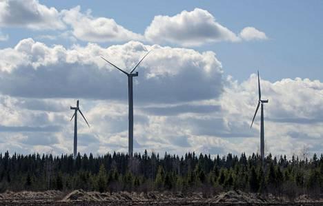 Tuulimyllyt pyörivät Pyhäjoen tuulivoimapuistossa viime vuoden toukokuussa.