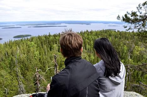 Retkeilijöitä kesäisellä Kolilla. Kolilla ja koko Pohjois-Karjalassa ei ole esiintynyt kuin kourallinen koronavirustartuntoja.
