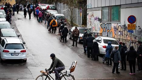 Hurstin leipäjono jakaa noin 900 ruokakassia kerralla. Keskiviikkona 31. maaliskuuta leipäjono kiersi korttelin ympäri. Kuva Helsinginkujalta.