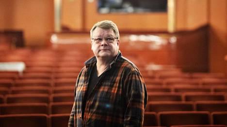 """Kansallisteatterin tuotantosuunnittelija Tapani Kukkola kuvattiin Kansallisteatterin ison salin katsomossa. Kukkola on työskennellyt tuotantosuunnittelijana vuodesta 1998. """"Työ vaatii järjestelmällisyyttä."""""""