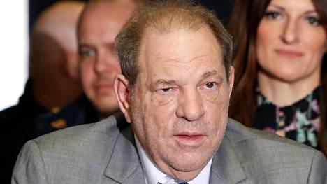 Elokuvatuottaja Harvey Weinstein avustajineen poistumassa oikeudenkäynnistä New Yorkissa helmikuussa 2020.