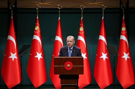 Turkin presidentti Recep Tayyip Erdoğan puhui tv-kameroiden edessä pääkaupungissa Ankarassa maanantaina.