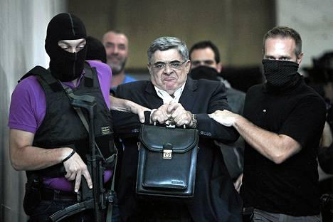 Kultainen aamunkoitto -puolueen johtajaa Nikolaos Mihaloliakos vietiin syyttäjän kuultavaksi poliisiasemalta Ateenassa lauantaina.