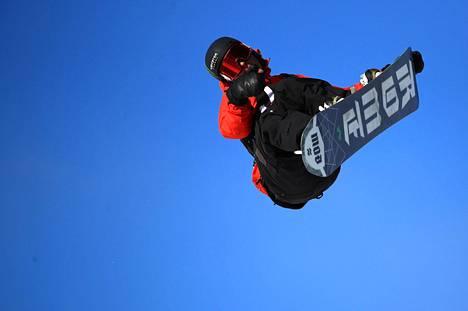Rene Rinnekangas tyylitteli hopealle X Gamesin slopestylessä.