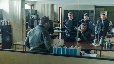 Suomalaispoliisit (Iina Kuustonen, Taneli Mäkelä, Janne Kataja ja Kari Ketonen) kuuntelevat vakavina saksalaista viruseksperttiä (Maximilian Brückner).