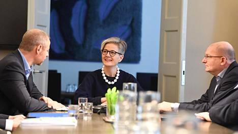 LKS 20200223 Metsäteollisuus ry:n työmarkkinajohtaja Jyrki Hollmen (vas.), valtakunnansovittelija Vuokko Piekkala (kesk.) ja Teollisuusliiton puheenjohtaja Riku Aalto valtakunnansovittelijan toimistolla Helsingissä 23. helmikuuta 2020. Teollisuusliitto ja Metsäteollisuus ry antoivat vastauksensa mekaanisen metsäteollisuuden työkiistan sovintoehdotukseen. LEHTIKUVA / JUSSI NUKARI