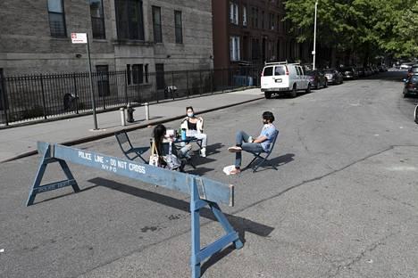 """Kaverukset Alyssa (vas.), Linh (kesk.) ja ja Virhaj (oik.) pitivät turvavälipiknikiä Brooklynissa. """"Tämä on villein asia, mitä olemme tehneet koko viikonloppuna"""", Linh sanoi."""