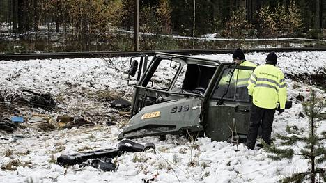 Törmäyksessä tuhoutuneen Puolustusvoimien ajoneuvon ohjaamoa tutkittiin torstaina onnettomuuspaikalla.