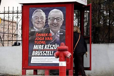 Unkarin hallituksen masinoiman EU-vastaisen kampanjan juliste oli liimattu puhelinkopin kylkeen Budapestissä. Julisteessa ovat vieri vieressä miljardööri ja Unkarin hallituksen vihollinen George Soros sekä Euroopan komission puheenjohtaja Jean-Claude Juncker.