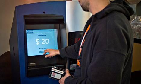 Mies käytti maailman ensimmäistä bitcoin-automaattia Vancouverissa Kanadassa lokakuun lopussa.