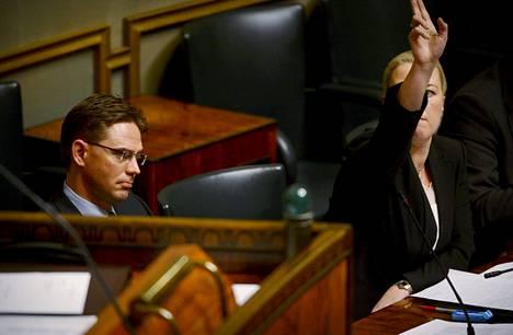 Pääministeri Jyrki Katainen ja valtiovarainministeri Jutta Urpilainen vastasivat perussuomalaisten välikysymykseen keskiviikkona eduskunnan täysistunnossa.